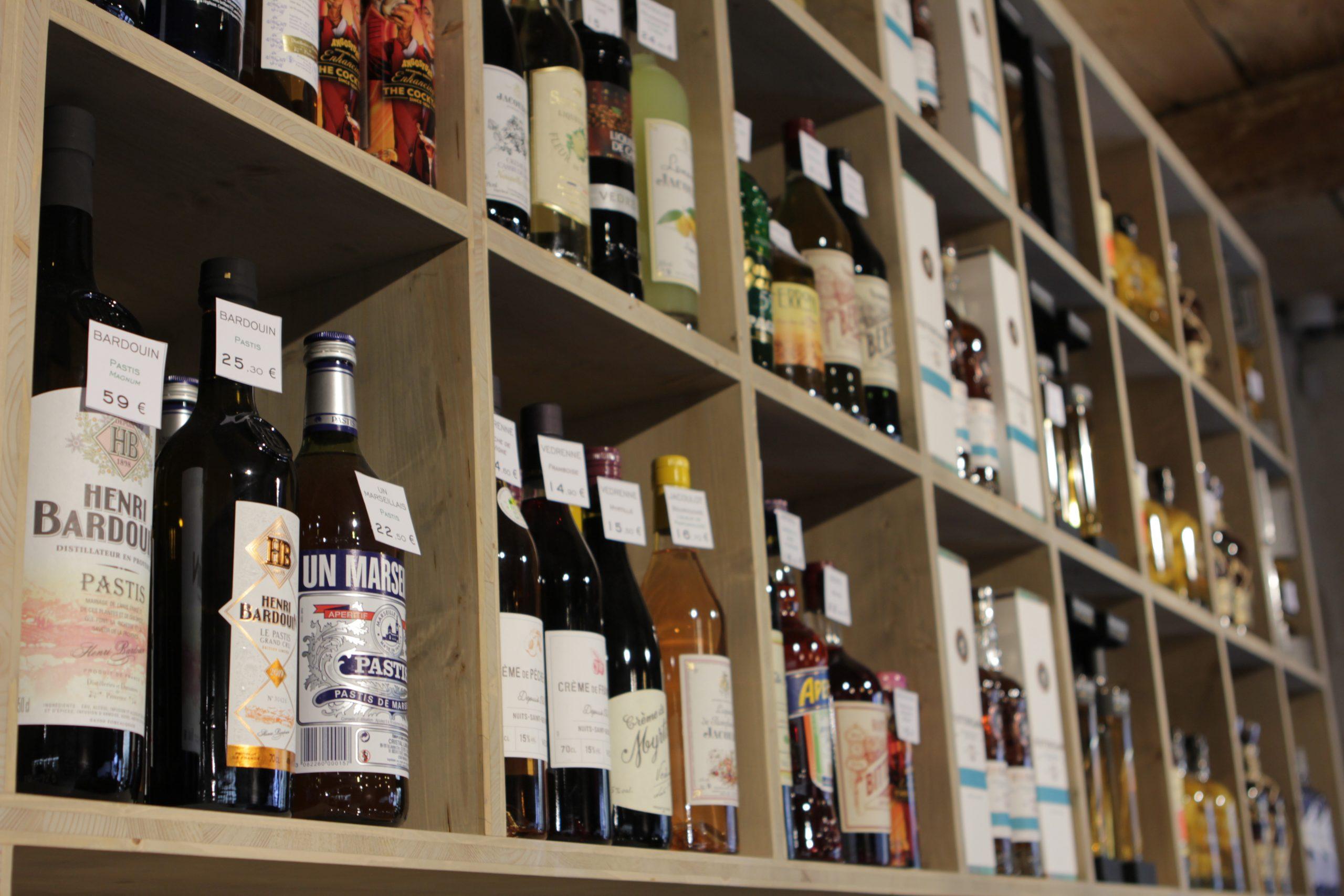 pastis et liqueurs à la cave de lignane